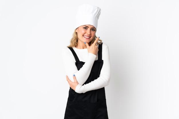 Jonge braziliaanse chef-kok vrouw geïsoleerd op wit blij en glimlachen