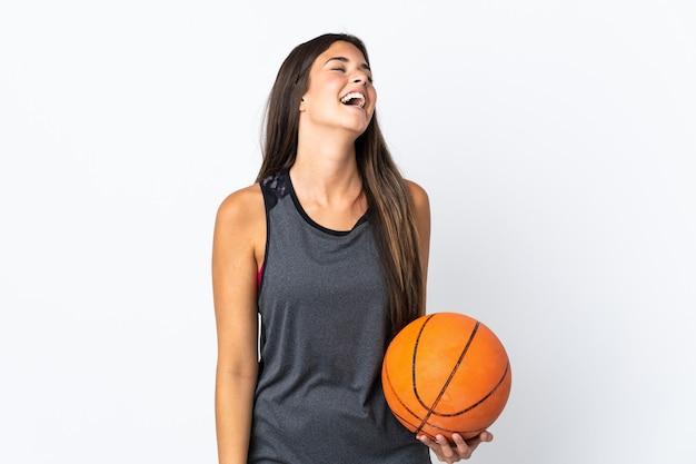 Jonge braziliaanse vrouw die basketbal speelt geïsoleerd op een witte achtergrond