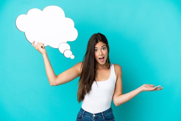 Jonge braziliaanse vrouw geïsoleerd op blauwe achtergrond met een denkende tekstballon en met droevige uitdrukking