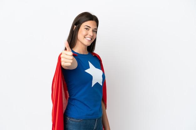 Jonge braziliaanse vrouw geïsoleerd op een witte achtergrond in superheld kostuum met duim omhoog