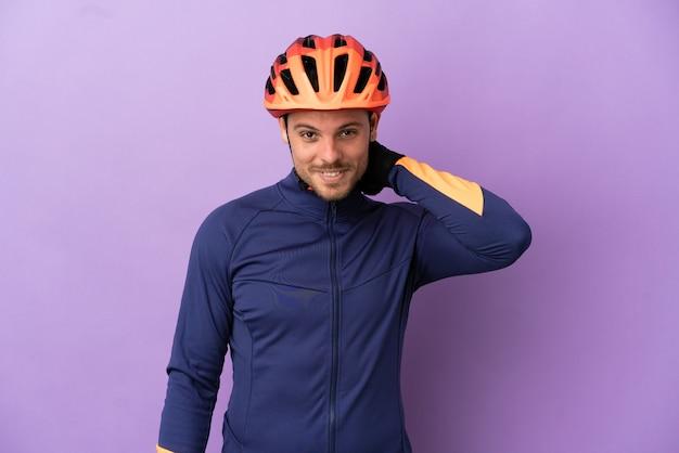 Jonge braziliaanse wielrenner man geïsoleerd op paarse achtergrond lachen