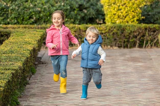 Jonge broers en zussen die samen rennen