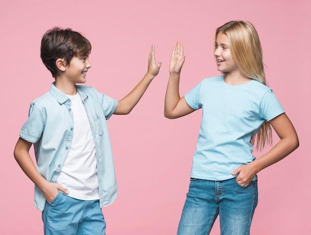 Jonge broers en zussen geven high five