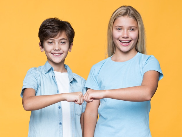 Jonge broers en zussen vuist groet