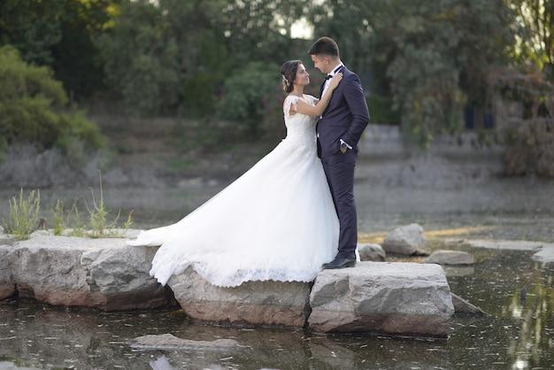 Jonge bruid en bruidegom buiten fotoshoot
