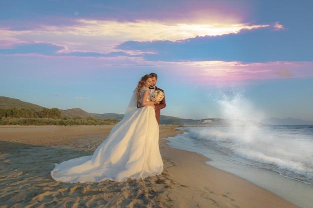 Jonge bruid en bruidegom casual en formele trouwjurk