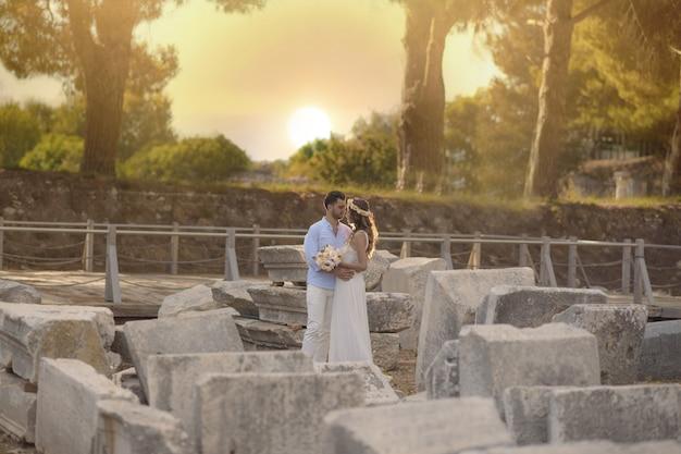Jonge bruid en bruidegom in trouwjurk, en oorzakelijk huwelijk