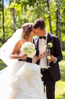 Jonge bruid en bruidegom kussen