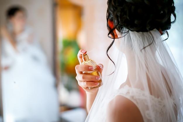 Jonge bruid gebruikt haar dure parfum