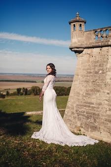 Jonge bruid in een trouwjurk poseren