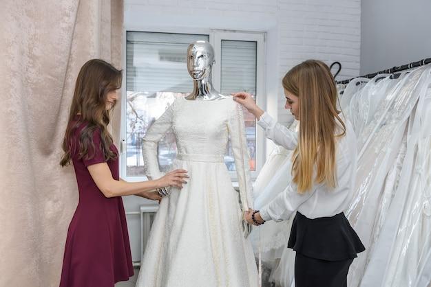 Jonge bruid jurk kiezen voor huwelijksceremonie