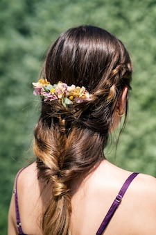 Jonge bruid met blond haar mooi kapsel en mooie natuurlijke bloem kroon