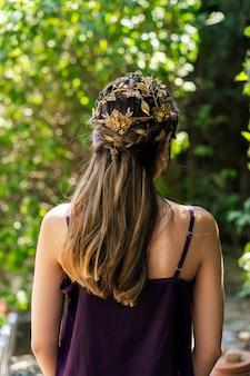 Jonge bruid met blond haar mooi kapsel en prachtige natuurlijke gouden metalen kroon tiara hoofdtooi