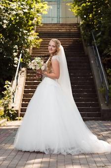 Jonge bruid op de huwelijksdag