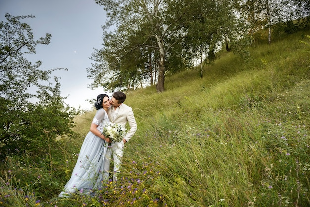 Jonge bruidegom die jonge bruid kust