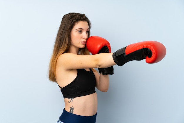 Jonge brunette meid met bokshandschoenen