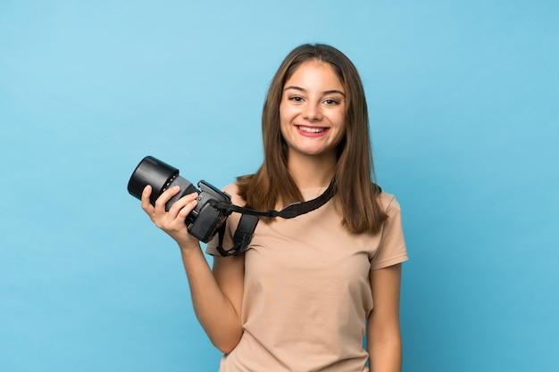 Jonge brunette meid met een professionele camera