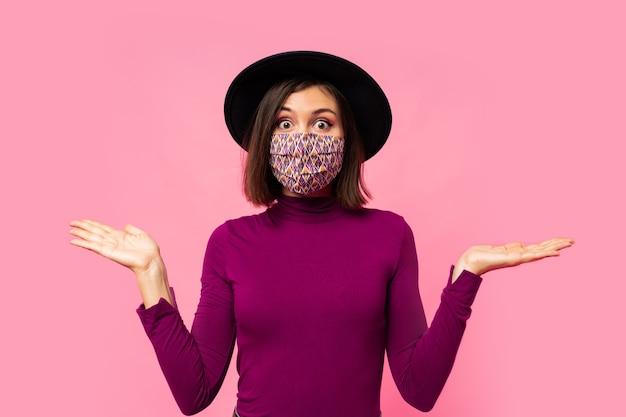 Jonge brunette meisje met ademhalingsmasker tegen coronavirus
