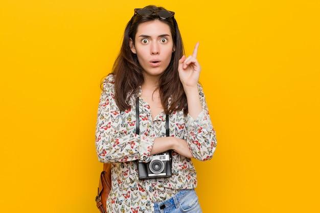 Jonge brunette reiziger vrouw met een geweldig idee