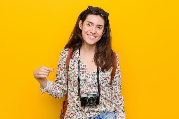 Jonge brunette reiziger vrouw persoon wijzen