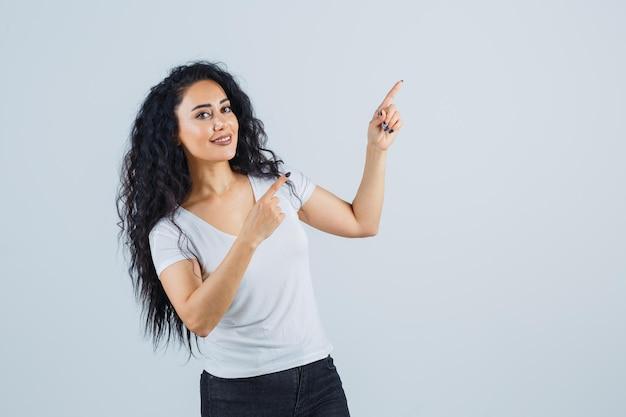 Jonge brunette vrouw in een wit t-shirt