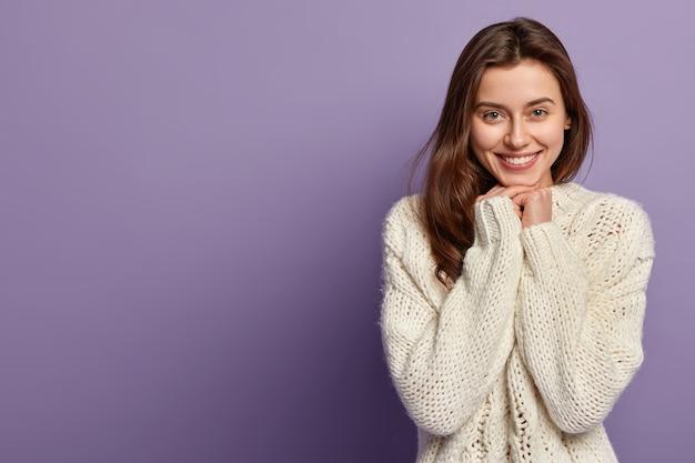 Jonge brunette vrouw in winterkleren