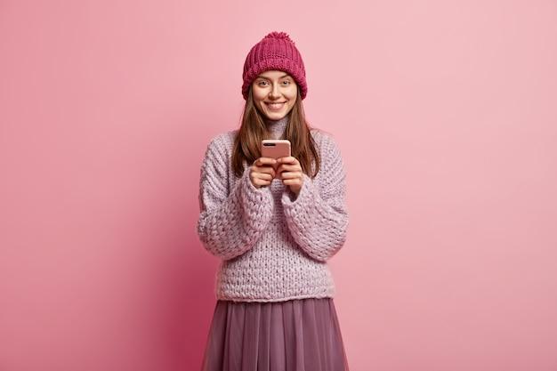 Jonge brunette vrouw kleurrijke winterkleren dragen
