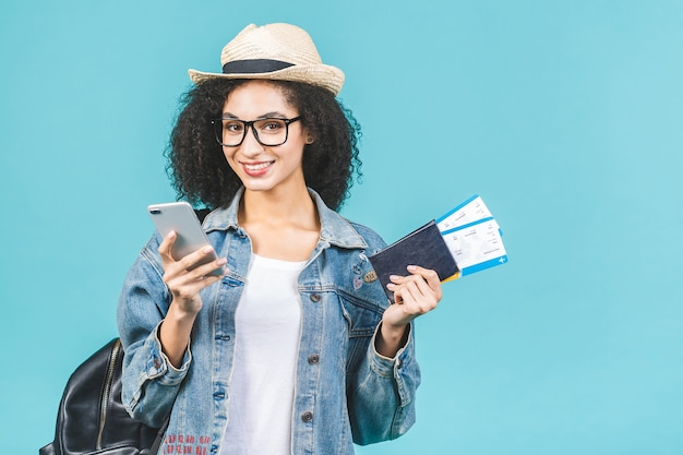 Jonge brunette vrouw met kaartjes en paspoort