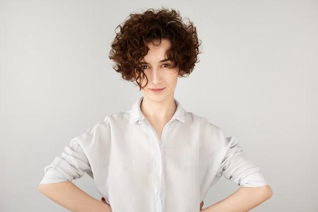 Jonge brunette vrouw met krullend haar