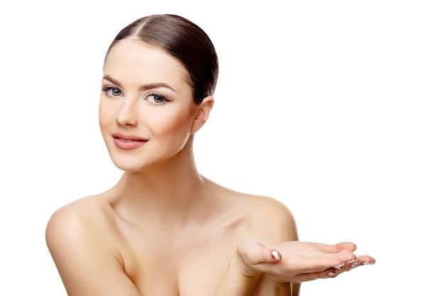 Jonge brunette vrouw met mooie schone huid