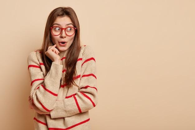 Jonge brunette vrouw met rode bril