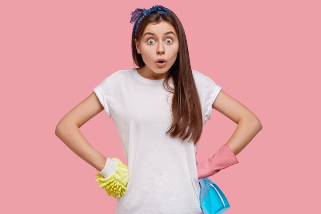 Jonge brunette vrouw met schoonmaakmiddelen