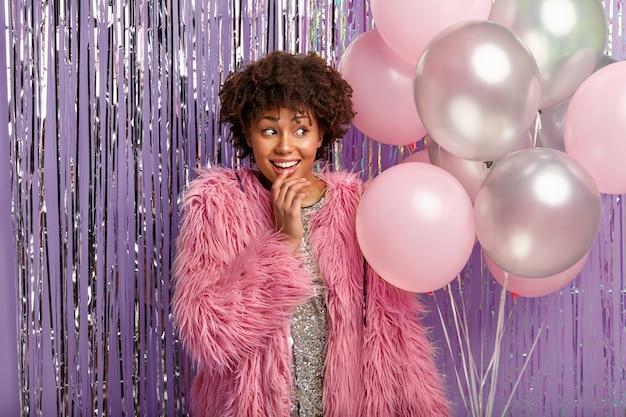 Jonge brunette vrouw op feestje met ballonnen