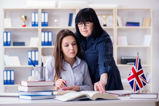Jonge buitenlandse student tijdens engelstalige les