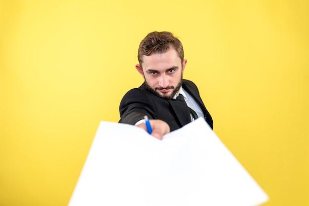 Jonge bureaumedewerker die om het lezen van het contract op geel vraagt