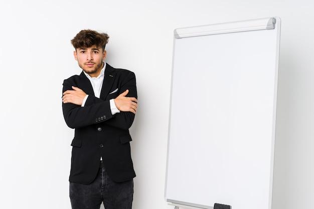 Jonge business coaching arabische man koud vanwege lage temperatuur of een ziekte.