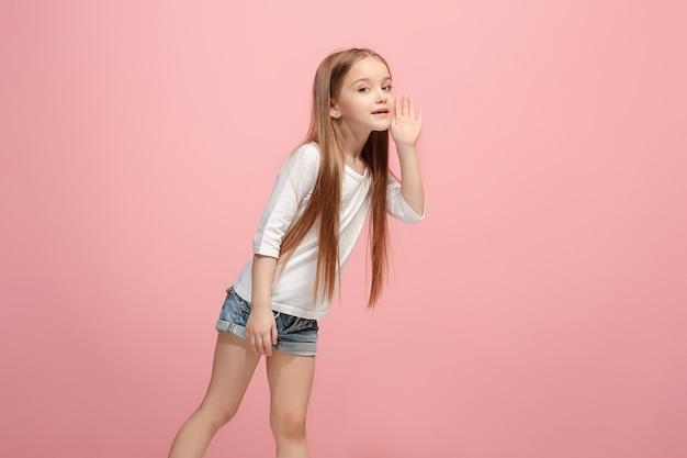 Jonge casual tiener meisje schreeuwen geïsoleerd in roze