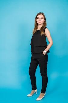 Jonge casual vrouw stijl geïsoleerd dan blauw. studio portret vrouwelijk model. mooi glimlachend gelukkig meisje.