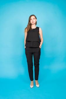 Jonge casual vrouw stijl geïsoleerd dan blauw.