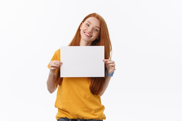 Jonge casual vrouw stijl geïsoleerd op witte achtergrond houden teken kaart