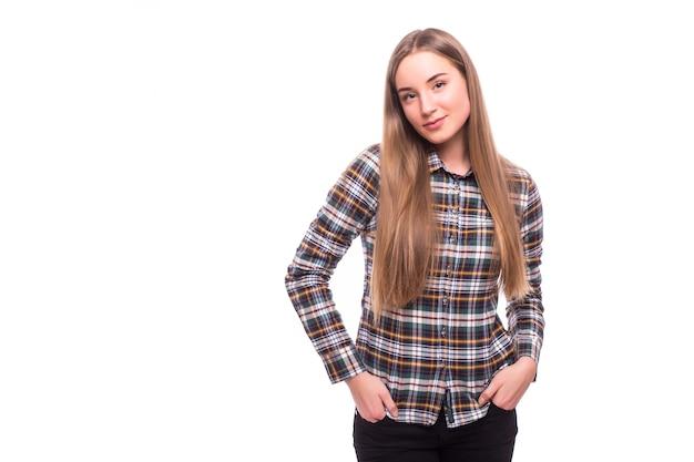 Jonge casual vrouw stijl geïsoleerd over witte muur. studio portret vrouwelijk model. mooi glimlachend gelukkig meisje.