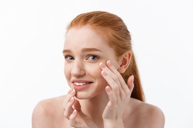 Jonge caucsian vrouw perst acne op het gezicht van schoonheid