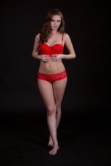 Jonge charmante vrouw met een prachtig figuur in sexy ondergoed