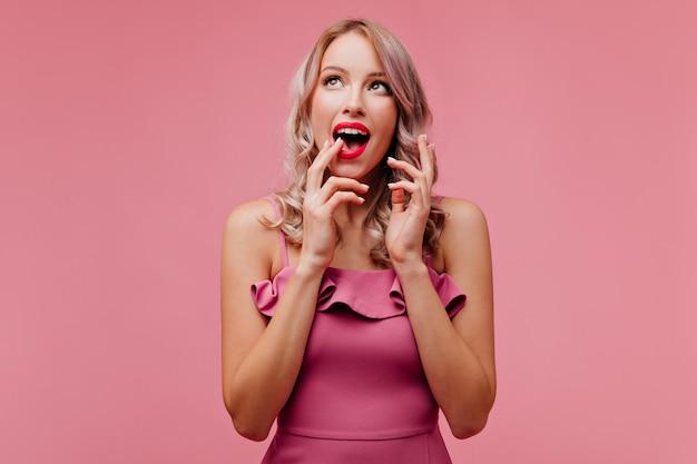 Jonge charmante vrouw van, met lichte make-up, poseren voor lens, terwijl ze plezier hebben en helder glimlachen