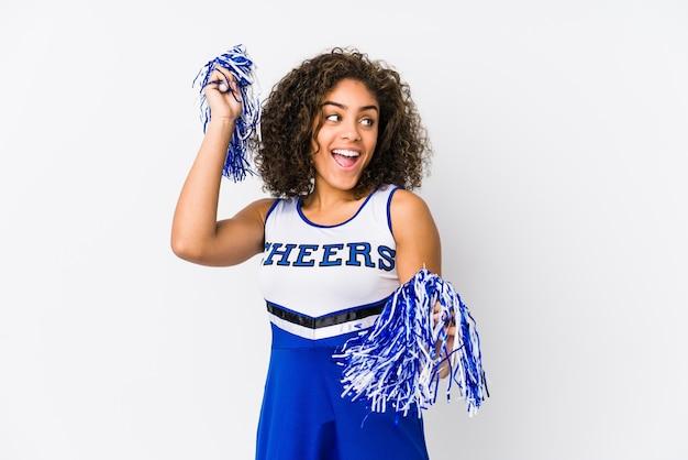 Jonge cheerleader vrouw geïsoleerd op wit