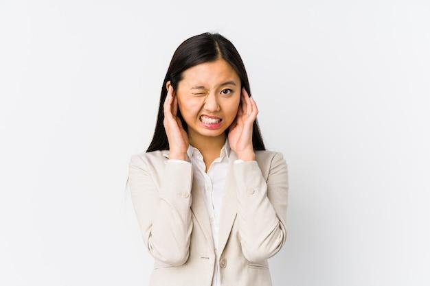 Jonge chinese bedrijfs geïsoleerde vrouw het behandelen van oren met handen.