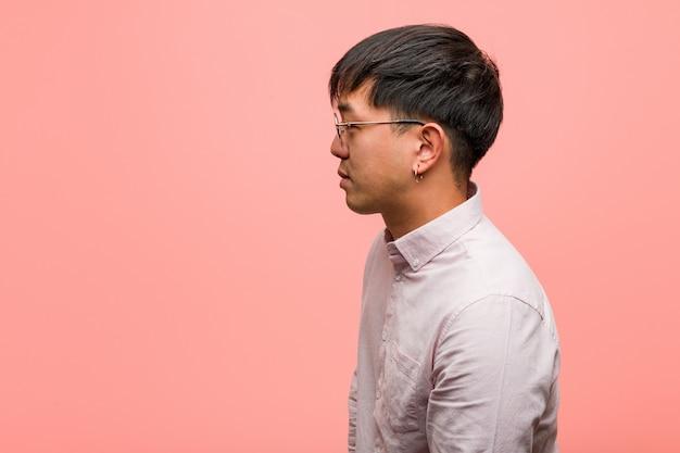Jonge chinese man aan de kant op zoek naar voren