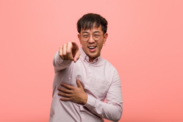Jonge chinese man droomt van het bereiken van doelen en doeleinden