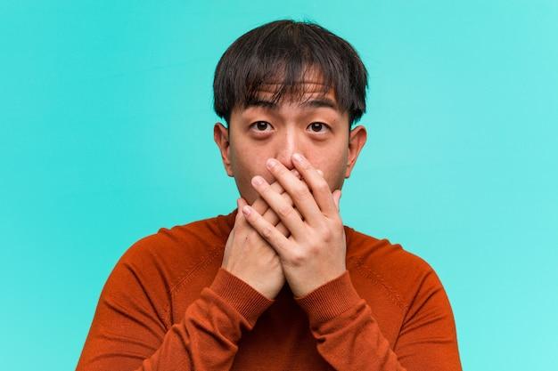 Jonge chinese man verrast en geschokt