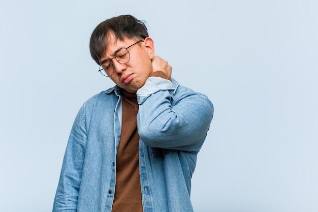 Jonge chinese mens die aan nekpijn lijdt